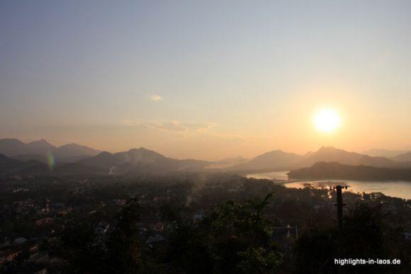 Sonnenuntergang über dem Mekong (Mount Phousi)